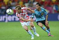 FUSSBALL  EUROPAMEISTERSCHAFT 2012   VORRUNDE Kroatien - Spanien                 18.06.2012 Ivan Strinic (li, Kroatien) gegen Alvaro Arbeloa (re, Spanien)