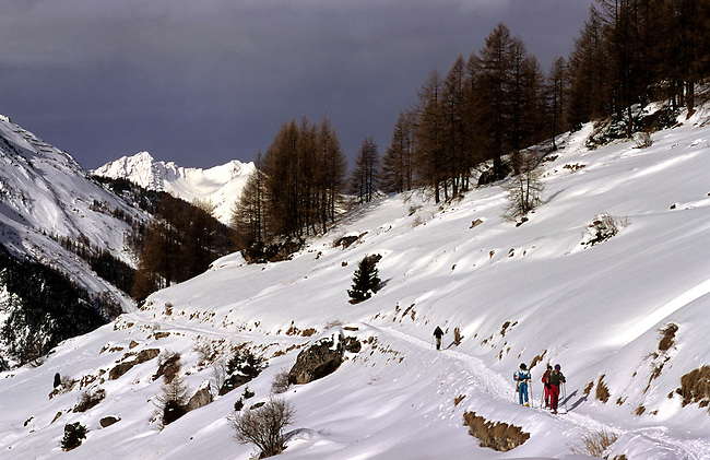 Savoie, Haute Tarentaise, ski de randonnee vers Bourg Saint-Maurice. *** Skiers in High Tarentaise near Bourg Saint-Maurice, Savoie.