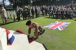 Foto: VidiPhoto<br /> <br /> OOSTERBEEK - Op de Airbornebegraafplaats in Oosterbeek zijn woensdag zes graven van gesneuvelde Britse militairen voorzien van een naam. De lichamen zijn pas onlangs ge&iuml;dentificeerd door de Bergings- en Identificatiedienst van de Koninklijke Landmacht en de Joint Casualty and Compassionate Centre van het Britse ministerie van Defensie. Voorafgaand aan de individuele plechtigheden bij de graven, was er een offici&euml;le ceremonie bij het herdenkingsmonument op de begraafplaats. Op de grafstenen stond tot nog toe &quot;A soldier of the 1939-1945 war; Known unto God&quot; (Bekend bij God). Een kleine 250 Britse para's die gesneuveld zijn tijdens de Slag om Arnhem, zijn nog vermist. De plechtigheid in Oosterbeek, waar meer dan 1750 geallieerde militairen begraven liggen, werd woensdag bijgewoond door hoogwaardigheidsbekleders, familieleden, schoolkinderen en enkele veteranen.