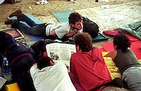 G8  Genova  Luglio 2001.Stadio Carlini sede dei disobbedienti, relax leggendo in giornale in attesa delle manifestazioni.