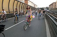 Roma 28 Maggio 2008..Critical Mass 2008..Coincidenza organizzata di ciclismo critico urbano..Rome May 28, 2008..Critical Mass 2008.Organized coincidence of critical urban cycling..