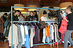 Foto: VidiPhoto<br /> <br /> NIJMEGEN - In verzorgingshuis OBG in Nijmegen is zaterdag de eerste vintage kledingmarkt van Nederland gehouden waarbij de dragers er van zelf achter de kramen staan. De ouderen van een tweetal Nijmeegse verzorgingshuizen, komen zo in contact met jongeren die hun kleding straks gaan dragen. De kledingstukken van minimaal twintig jaar oud -vintage- zijn razend populair bij twintigers en dertigers. De eerste kledingmarkt met deze opzet werd zaterdag dan ook goed bezocht. Zo'n twintig bejaarden verkochten daar hun gedragen kleren en sieraden. Jongeren konden zo op goedkope wijze aan 'nieuwe' tweedehands spullen komen en voor de de ouderen betekende de verkoping een extra zakcentje. Voor organisator Bureau Twintig is het succes van deze eerste vintagekledingmarkt reden om hier de komende tijd een vervolg aan te geven. De ouderen werden geholpen door kledingcoaches, die hun adviseerden welke kledingstukken ze konden verkopen en wat ze ervoor mochten vragen. Daarnaast heeft de markt als doelstelling om jonge mensen te verleiden om nog eens bij een van de ouderen op bezoek te gaan voor een kopje koffie.