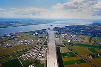 Nord Ostsee Kanal Ausgang Brunsbuettel in die Elbe: EUROPA, DEUTSCHLAND, SCHLESWIG- HOLSTEIN, BRUNSBUETTEL (GERMANY), 12.07.2014: Nord Ostsee Kanal Ausgang Brunsbuettel in die Elbe.  Kanalschleuse Brunsbuettel, suedliches Ende des Nord-Ostsee-Kanal (NOK), internationaler Name Kiel-Canal, wurde zwischen 1887-1895 gebaut (Erweiterung 1907-14) und ist fast 100 km lang. Der NOK ist eine Bundeswasserstrasse und der meistbefahrene Kanal der Welt.