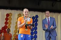 TURNEN: HEERENVEEN: Oude Koemarkt, 28-08-2016, Huldiging Olympiërs Heerenveen, Sanne Wevers met haar gouden olympische medaille, ©foto Martin de Jong