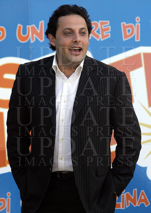 "L'attore Enrico Brignano posa durante un photocall per l'inizio delle riprese del film ""Un'estate al mare"" a Roma, 28 marzo 2008..Italian actor Enrico Brignano poses during a photocall for the start of the shootings of the movie ""Un'estate al mare"" (""A summer at sea"") in Rome, 28 march 2008..UPDATE IMAGES PRESS/Riccardo De Luca"