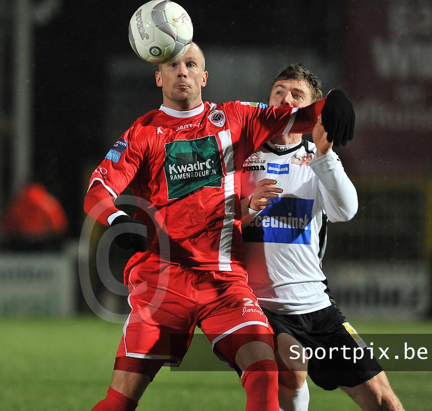 KSV Roeselare - R. Antwerp FC : Dieter Van Tornhout aan de bal voor Sergiy Serebrennikov.foto VDB / BART VANDENBROUCKE