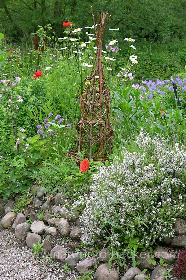 Kräuterbeet, Beet im Garten mit verschiedenen Kräutern, u.a. Salbei, Thymian, Schnittlauch, Akelei, Margarite