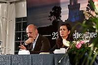 """Pineto - Abruzzo - 2010: Laura Boldrini, portavoce dell'Alto Commissariato delle Nazioni Unite per i Rifugiati (UNHCR), presenta il suo libro """"tutti indietro"""" nel parco del cerrano di Pineto (TE). In foto Riccardo Chartroux, giornalista Rai tre"""