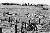 Cummins, AR - February 3rd 1968<br /> More than two hundred human skeletons were found on the outskirts of the prison grounds. The prison&rsquo;s warden, claiming a lack of funds, had begun to hire his own prisoners as guards, leading to an even more violent and lawless environment. The prisoners-cum-guards otherwise known as &lsquo;trusties&rsquo; would often extort other inmates and those who didn&rsquo;t pay-up ran the risk of finding themselves in an unmarked grave. <br /> Cummins, Arkansas. 3 f&eacute;vrier 1968.<br /> Un prisonnier encourag&eacute; par l'arriv&eacute;e du nouveau directeur, Tom Murton, se d&eacute;cide &agrave; parler des s&eacute;vices dont ils sont victimes. Les &ldquo;Trusties&ldquo; auraient tu&eacute; plus de 200 condamn&eacute;s. On vient d'ouvrir des tombes fra&icirc;ches et y d&eacute;couvrir des squelettes d'hommes qui officiellement s'&eacute;taient &eacute;chapp&eacute;s.