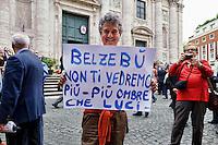 Roma 7  Maggio 2013.Il Funerale di Giulio Andreotti , la bara portata a spalla dalla sua abitazione fino alla chiesa di San Giovanni dei Fiorentini. Un cartello contro Andreotti