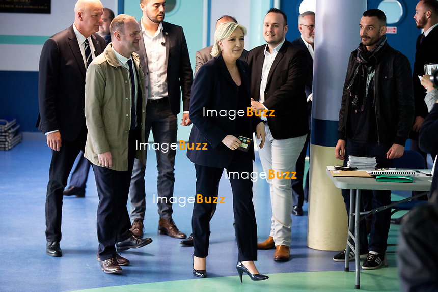 Marine Le Pen vote &agrave; l' &eacute;cole primaire publique Jean-Jacques Rousseau &agrave; H&eacute;nin-Beaumont lors du premier tour de la pr&eacute;sidentielle.<br /> France, H&eacute;nin-Beaumont, 23 avril 2017.<br /> Marine Le Pen, the president of the far-right Front National party voting at the primary school Jean-Jacques Rousseau in H&eacute;nin-Beaumont, during the first round of the 2017 French presidential election.<br /> France, H&eacute;nin-Beaumont, 23 april 2017.