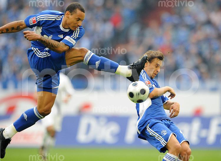 FUSSBALL   1. BUNDESLIGA   SAISON 2008/2009   5. SPIELTAG FC Schalke 04 - Eintracht Frankfurt                       20.09.2008 Jermaine JONES (li) und RAFINHA (re, beide FC Schalke 04) am Ball