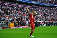 Fussball Bundesliga Saison 2011/2012 9. Spieltag FC Bayern Muenchen - Hertha BSC Berlin Bastian SCHWEINSTEIGER (FCB) jubelt nach seinem Tor zum 3:0 im Stile eines Basketballers beim Korbwurf.