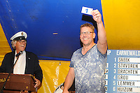 ZEILEN: GROU: 29-07-2016, SKS Skûtsjesilen loting Grou, Pieter Ezn. Meeter (Akkrum) trekt lot nummer 1 voor de wedstrijd bij De Veenhoop, ©foto Martin de Jong