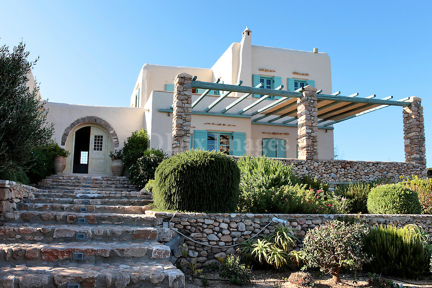 facade of the cycladic house..In a beautiful seaside landscape on Paros island, in Greece, is located the traditional cottage of Skaltsogianni. Built with her personal taste, this Cycladic house stands out for its inviting, peaceful and cozy atmosphere