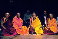Monges budistas no Teatro Ruth Escobar. São Paulo. 1992. Foto: Juca Martins.
