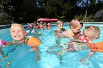 Foto: VidiPhoto<br /> <br /> LEERSUM - Oppassen met een stout randje. Wat is er aangenamer als oppasmoeder in de tropische hitte, dan om met alle oppaskindjes in bad te gaan. De oppasmoeders Marieke de Jong een Josselijn Krijgsman deden dat donderdag op de warmste 25 augustus ooit in de tuin van de familie De Jong in Leersum. De familie De Jong heeft een eigen zwembad en daar is het dezer dagen aangenaam toeven. Alle oppaskindjes konden zo heerlijk spetteren in het water en terloops werden twee kinderen die deze week voor het eerst naar school moesten, ook maar thuis gehouden. Een beetje stout, dat wel. Ook de komende dagen blijft het tropisch warm.