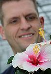 Foto: VidiPhoto<br /> <br /> BREDA - De tweekleurige Funchal en Aveiro is de nieuwste trots van hibiscuskweker Arjan Peeters van Peeters Potplanten uit Breda. De uitbundige doorbloeier is met zijn contrastrijke en frisgroene bladeren zowel geschikt voor terras als woonkamer. Maar het zijn vooral de Fransen, en in wat mindere mate ook de Duitsers en Engelsen, die liefhebbers zijn van deze terrasplant van het jaar. De hibiscus is de hoofdteelt van Peeters, die met 500.000 stuks per jaar -in alle soorten en maten- een van de grootste kwekers van deze plant in ons land is. Een lastige en arbeidsintentieve teelt is het wel en bepaald geen bulkproduct. Met een consumentenprijs tussen de 4,99 euro (13 cm) en 25,99 euro (24 cm) is het ook geen allemansvriend, maar een luxeproduct voor de echte liefhebber. De markt is volgens Peeters dan ook vrij stabiel. De productiepiek ligt tussen half april en half juni. Dankzij de samenwerking met kwekers in de combinatie Sunny City, verschijnen er met enige regelmaat nieuwe rassen, om zo de consument ge&iuml;nteresseerd te houden.