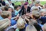 Foto: VidiPhoto<br /> <br /> OOSTERBEEK - Op de Airbornebegraafplaats in Oosterbeek zijn woensdag zes graven van gesneuvelde Britse militairen voorzien van een naam. De lichamen zijn pas onlangs ge&iuml;dentificeerd door de Bergings- en Identificatiedienst van de Koninklijke Landmacht en de Joint Casualty and Compassionate Centre van het Britse ministerie van Defensie. Voorafgaand aan de individuele plechtigheden bij de graven, was er een offici&euml;le ceremonie bij het herdenkingsmonument op de begraafplaats. Op de grafstenen stond tot nog toe &quot;A soldier of the 1939-1945 war; Known unto God&quot; (Bekend bij God). Een kleine 250 Britse para's die gesneuveld zijn tijdens de Slag om Arnhem, zijn nog vermist. De plechtigheid in Oosterbeek, waar meer dan 1750 geallieerde militairen begraven liggen, werd woensdag bijgewoond door hoogwaardigheidsbekleders, familieleden, schoolkinderen en enkele veteranen. Foto: Airborneveteraan James R. Hall (91) komt handen tekort. Arnhemse schoolkinderen willen de oorlogsheld graag allemaal de hand schudden.
