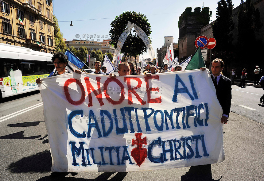 "Roma, 20 Settembre 2010. Il movimento Militia Christi, ha ricordato, i 19 soldati papalini, caduti nel corso dei combattimenti a Porta Pia. Guidati dal principe Lillo Sforza Ruspoli, custode della bandiera delle truppe pontifice del 1870, i manifestanti hanno deposto una corona di alloro e reso «onore» ai soldati pontifici caduti sul campo.. Rome, 20 September 2010.The Militia Christi Movement, has remembered the 19 papal soldiers killed during the fighting Porta  Pia. Led by Prince Sforza Ruspoli Lillo, guardian of the flag of the Papal troops of 1870, protesters placed a wreath made of laurel and ""honor"" the papal soldiers fallen on the ground.."