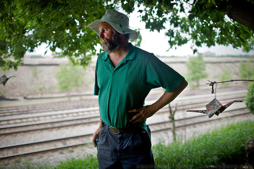 "Stretch the Hobo. A Hobo ""jungle"", a meeting point for Hobo and a good place to hop on freight trains..Hopping freight train near Milwauke with 43 year old Hobo named Stretch. ..Life of a Hobo nicknamed Stretch. Stretch was elected Hobo King in 2009, at the National Hobo convention. A Hobo is a term which is applied to a migratory worker or homeless vagabond, often penniless. Hobos move around the country, looking for work by hopping illegally on freight trains, which can be a dangerous enterprise. Modern freight trains are much faster and harder to ride than in the 1930s, but can still be boarded in railyards..The first and most important rule of the hobo code is 'decide your own life', which meant 'do what you want to do'...A 4-weeks road trip across the USA, from New York to San Francisco, on the steps of Jack Kerouac's famous book ""On the Road"".  Focusing on nomadic America: people that live on the move across the US, out of ideology or for work reasons."