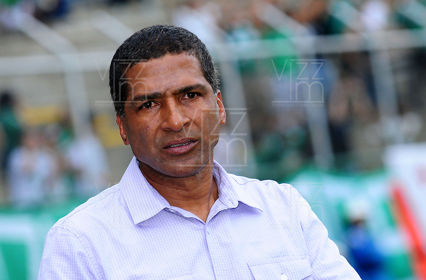 CALI -COLOMBIA-10-04-2016. Alexis Garcia técnico de Independiente Santa Fe gesticula durante partido con Deportivo Cali por la fecha 12 de la Liga Aguila I 2016 jugado en el estadio Palmaseca de la ciudad de Palmira./ JAlexis Garcia coach of Independiente Santa Fe gestures during a match against Deportivo Cali for the date 12 of the Aguila League I 2016 played at Palmaseca stadium in Palmira city. Photo: VizzorImage/ NR / Cont