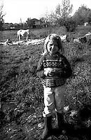 Kosovo  12 Novembre 2000.Pe? (in albanese Pejë / Peja; in serbo Pe?).zona di Mahala e Bates.Una bambina di etnia rom di guardia al cavallo.