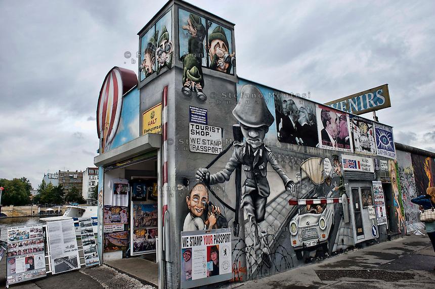 Berlino 16 Settembre 2013<br />  East Side Gallery, il muro di Berlino dipinto da vari artisti  tra  il vecchio confine tra il comunista Berlino Est e Ovest durante la Guerra Fredda,nel quartiere di Friedrichshain.<br />  The art on the old Berlin Wall at the East Side Gallery, the former border between Communist East and West Berlin during the Cold War.