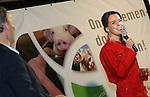 Foto: VidiPhoto<br /> <br /> RHENEN - Varkenshouders lijken zich massaal in te gaan schrijven voor de nieuwe Producenten Organisatie Varkenshouderij (POV). Dat bleek woensdagavond tijdens de bijeenkomst rond het 20-jarig bestaan van de Nederlandse Vakbond Varkenshouderij (NVV) in Ouwehands Dierenpark in Rhenen. De POV moet het opgeheven Productschap Veen en Vlees gaan vervangen als het gaat om het behartigen van gemeenschappelijke belangen in de varkenshouderij. De bijeenkomst van de NVV werd woensdagavond opgeluisterd door de aanwezigheid van staatssecretaris Sharon Dijksma van Economisch Zaken, die de varkenshouders niet alleen feliciteerde, maar ook waarschuwde goed op de signalen van de maatschappij te letten als het gaat om milieu en duurzaamheid. Foto: De nieuwe voorzitter van de NVV, Ingrid Jansen.