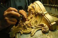 Artigiani a San Lorenzo , quartiere storico di Roma.<br /> Carlo Colaizzi intagliatore in legno, nella sua bottega.<br /> Craftsmen in San Lorenzo, historic district of Rome.<br /> Carlo Colaizzi wood carver in his workshop.