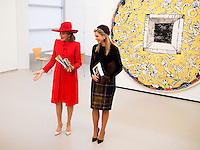La reine Mathilde de Belgique et la reine Maxima des Pays-Bas visitent l'exposition de Pierre Alechinsky &quot;Mail Cobra&quot; en pr&eacute;sence de l'artiste et de sa femme, lors d'une visite d'&eacute;tat de 3 jours aux Pays-Bas.<br /> Pays-Bas, Amsterdam, 28 novembre 2016.<br /> Queen Mathilde of Belgium &amp; Queen Maxima of The Netherlands at an exhibition Pierre Alechinsky &quot;Mail Cobra&quot; with the artist and his wife, during day two of the state visit to the Netherlands.<br /> Netherlands, <br /> The Netherlands, Amsterdam, 29 november 2016.