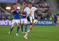 FUSSBALL EURO 2016 VIERTELFINALE IN BORDEAUX Deutschland - Italien      02.07.2016 Thomas Mueller (re, Deutschland) vor Emanuele Giaccherini (li, Italien)