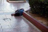 Poveri dormono in strada