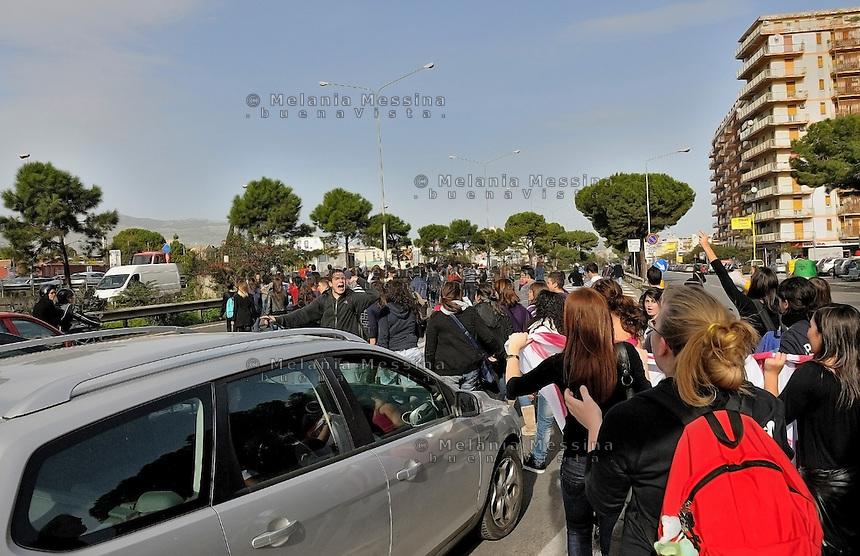 Il 30 novembre momento di picco della protesta degli studenti a Palermo: gli studenti occupano la circonvallazione.<br /> During the protest in Palermo against the government reform of public school and university, the students block the traffic