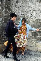 24-25 MAG 1978 - Saintes Maries de la Mer (Camargue):  raduno annuale internazionale di zingari provenienti da tutta Europa in occasione della festa di santa Sara, loro patrona. Una zingara si prepara a leggere la mano a una turista.MAY 24-25 1978 -  Saintes Maries de la Mer (Camargue): annual gathering of the gypsies coming from all over Europe to venerate their patron saint, Sarah. A gypsy woman is going to read the hand .