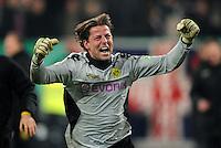 FUSSBALL   DFB POKAL   SAISON 2011/2012  ACHTELFINALE  Fortuna Duesseldorf - Borussia Dortmund              20.12.2011 Schlussjubel: Torwart Roman Weidenfeller (Borussia Dortmund)