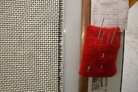 Particolare di tessuti con puntaspilli rosso Bute tartan mills