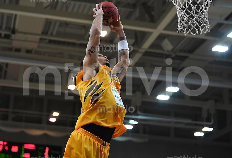 Basketball  1. Bundesliga  2016/2017  Hauptrunde  12. Spieltag  04.12.2016 Walter Tigers Tuebingen - ratiopharm Ulm Dunking; Gary McGhee (Tigers)  fliegt zum Korb