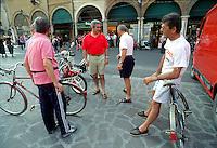 Mantova, gente in bicicletta nel centro storico.<br /> Mantua, People cycling in the historic centre.