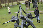 Foto: VidiPhoto<br /> <br /> DEN BILT - Tibo bekijkt vrijdag de beelden van zijn in 2014 overleden vader, beeldend kunstenaar Jits Bakker in museumbeeldenpark Beerschoten in De Bilt. De familie is woest op grondeigenaar Utrechts Landschap. Die wil dat de 30 sculpturen en beelden van de wereldberoemde kunstenaar daar verdwijnen omdat er andere plannen zijn met het park. Welke plannen dat zijn wil de landschapsbeheerder volgens Tibo niet zeggen. Tibo, die tevens bestuurslid is van de beheersstichting Provinciaal Beeldenpark Jits Bakker, noemt de houding van het Utrechts Landschap &quot;respectloos.&quot; &quot;Er wordt door hen een smerig spelletje gespeeld. De beelden zijn door Jits als collectie aan de bevolking geschonken. Nu hij niet meer leeft moeten zijn beelden blijkbaar ook verdwijnen.&quot; Inmiddels is de gemeente Renkum, de geboorteplaats van Jits Bakker, bereid gevonden om een plek te zoeken voor de collectie. Omdat de provincie Utrecht sinds 2009 economisch eigenaar is van de beelden, moet het provinciebestuur toestemming geven voor de verhuizing. De totale waarde van de beelden wordt geschat op enkele miljoenen euro's.