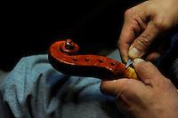 Il maestro Carlos Roberts, liutaio del Consorzio Liutai &quot;Antonio Stradivari&quot;, mentre costruisce un  violino, nel suo laboratorio. <br /> The master Carlos Roberts while building a violin in his laboratory.The Consortium of Violinmakers.