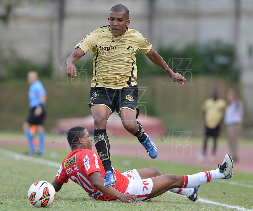 ITAGUÍ -COLOMBIA, 30-07-2013. Fabio Dario Rodriguez (arriba) de Itagüí disputa el balón con Josimar Jair Atoche (abajo) de J. Aurich durante partido de la primera fase en la Copa Total Sudamericana jugado en el estadio Metropolitano Ciudad de Itagüí./ Itaguí player Fabio Dario Rodriguez (L) struggles for the ball with J. Aurich player Josimar Jair Atoche (R) during match of the first phase in the Copa Total Sudamericana at Metropolitano ciudad de Itagui stadium. Photo: VizzorImage/ STR