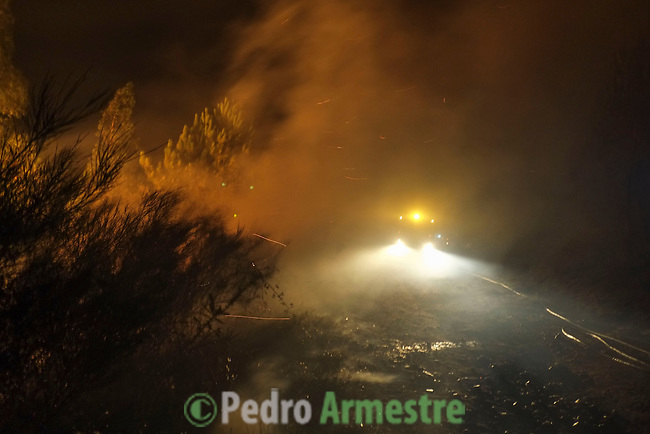Members of Civil Defense and forest Brigade of Ribeira work at the site of a wildfire in Ribeira, near A Coruña on August 28, 2013. © Pedro ARMESTRE