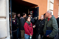 Roma 12  Dicembre  2011.La polizia giudiziaria si è presentata in piazza dei Sanniti a San Lorenzo con l'intenzione di porre i sigilli all'ex Cinema Palazzo, gli occupanti   stanno trattando con  le autorità giudiziarie per  evitare la chiusura. Il picchetto contro lo sgombero
