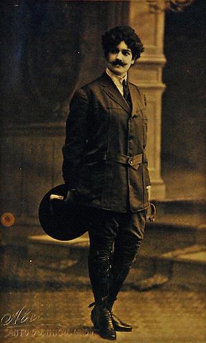 Celeste Woss y Gil vestida de hombre. Post  Card. © Abelardo, 1916