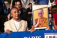 """Roma 22 Ottobre 2011.Marcia Internazionale per la Libertà dei popoli Birmano, Iraniano, Tibetano, Uyghuro. con la giacca bianca Rebiya Kadeer, leader nel campo dei diritti umani, attiva portavoce del Popolo Uyghuro, che vive nel Turkestan Orientale (conosciuto come Regione Autonoma dello XinjiangUyghuro), nel Nordovest della Cina. Nel 2000, a seguito di un processo segreto, fu condannata ad otto anni di reclusione, di cui due di isolamento dal governo cinese,vive negli USA con status di rifugiata e considerata come la """"madre spirituale"""" del popolo uyghuro (con la giacca bianca).Rome October 22,2011.Marcia International Freedom of the people of Burma, Iran, Tibetan, Uyghur.Political activist and Uighur leader Rebiya Kadeer."""