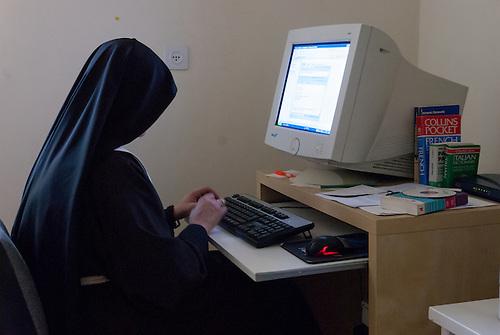 Jerusalem, mai 2011. Monastere des Clarisses de Jerusalem. Une soeurs travaille a l'ordinateur.