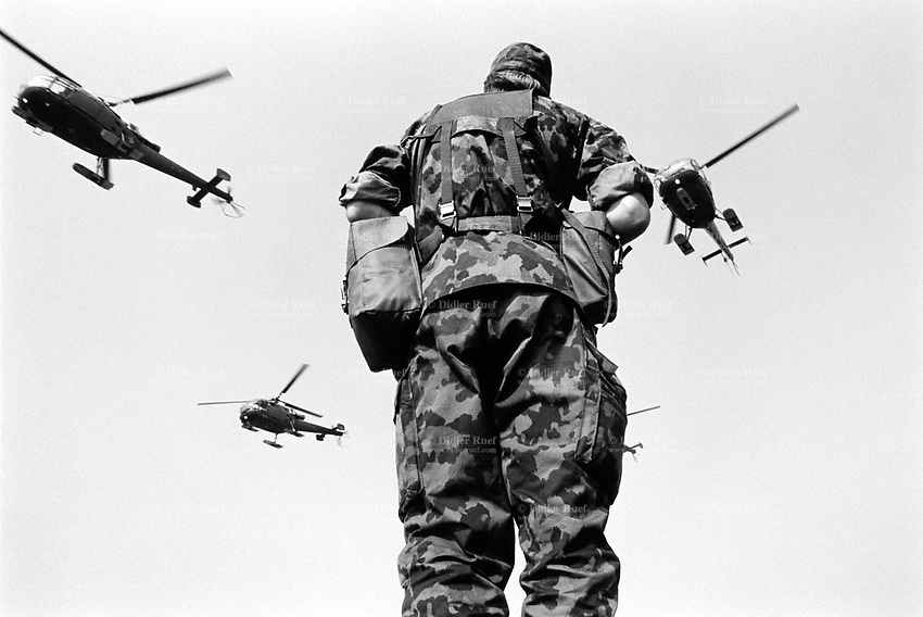 Switzerland. Canton Lucerne. Emmen. Military parade. Soldiers and helicopters. © 1991 Didier Ruef