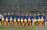FUSSBALL  EUROPAMEISTERSCHAFT 2012   VORRUNDE Ukraine - Frankreich               15.06.2012 Aufstellung der Nationalmannschaft Frankreichs im starken Regen