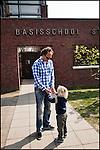 Nederland, Landsmeer, 15-04-2011 Vrijdag tussen de middag. De basisschool gaat uit. Ouders halen hun kinderen van school.Vader haalt kind, kinderen van school. FOTO: Gerard Til / Hollandse Hoogte.